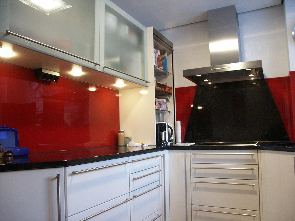 glasr ckwand k che eine glaswand in ihrer kueche wertet diese auf. Black Bedroom Furniture Sets. Home Design Ideas