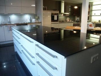 Arbeitsplatte Küche in ESC Sicherheitsglas Kochfeld flächenbündig eingebaut