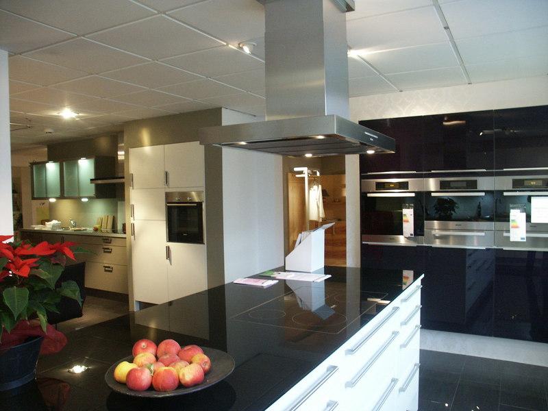 Leicht küchen glasfront  Küche Glasfront: Fronten aus Glas gibt es in verschiedenen Farben.